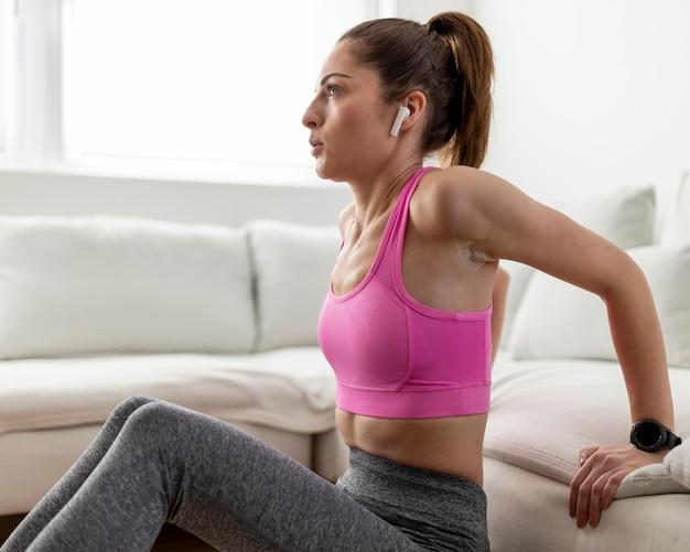 Mulher em tiro médio usando fones de ouvido