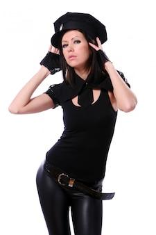 Mulher em traje de festa da polícia