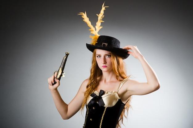 Mulher em traje de pirata - conceito de halloween