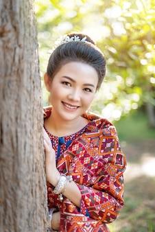 Mulher em traje tradicional asiática