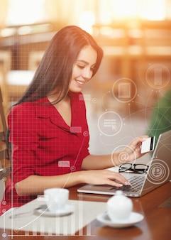Mulher em um café com um portátil