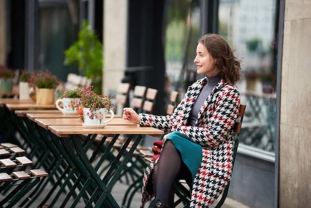 Mulher em um café na rua