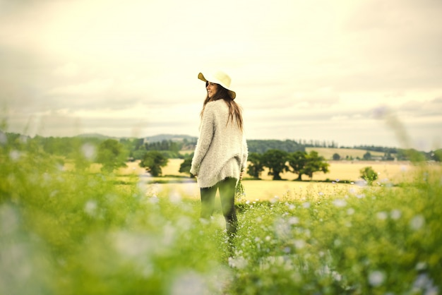 Mulher, em, um, campo flores