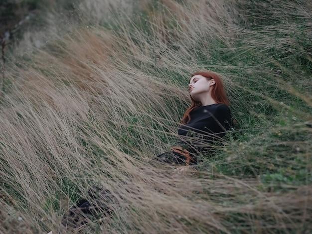 Mulher em um campo na natureza, liberdade, viagens de férias