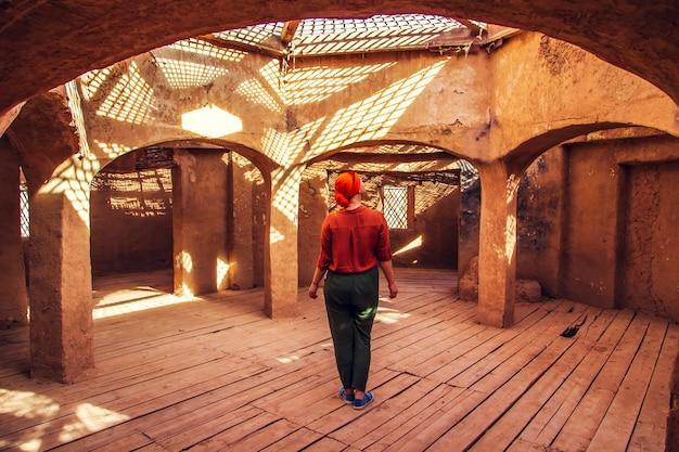 Mulher em um cenário de marrocos
