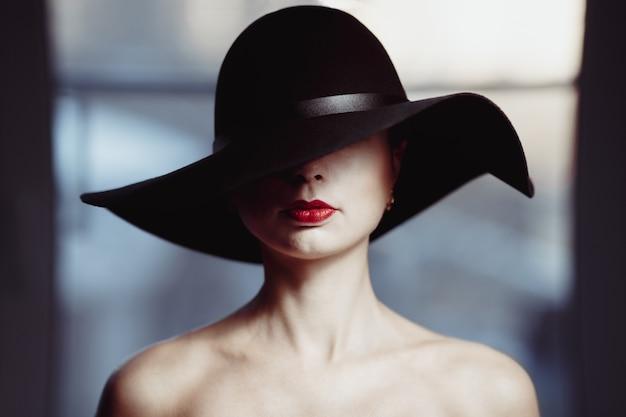 Mulher, em, um, chapéu, cobertura, dela, olhos