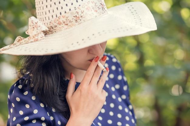 Mulher, em, um, chapéu, fumar