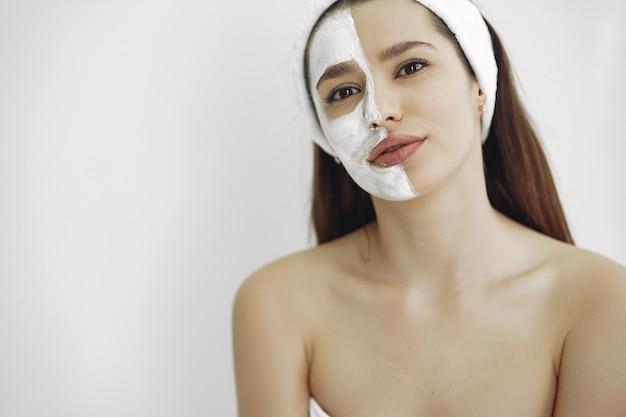 Mulher em um estúdio de cosmetologia