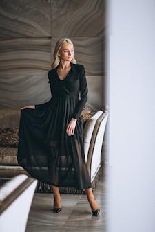 Mulher, em, um, fantasia, vestido preto