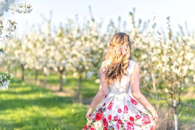 Mulher, em, um, florescendo, cereja, pomar, em, primavera