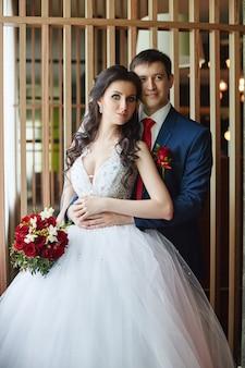 Mulher em um lindo vestido branco e um homem