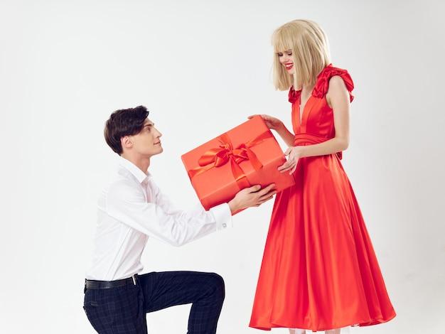 Mulher em um lindo vestido com um homem abraça um casal de férias, gente bonita