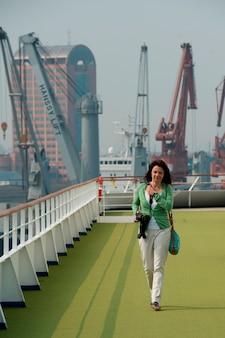 Mulher, em, um, navio cruzeiro, rio yangtze, shanghai, china