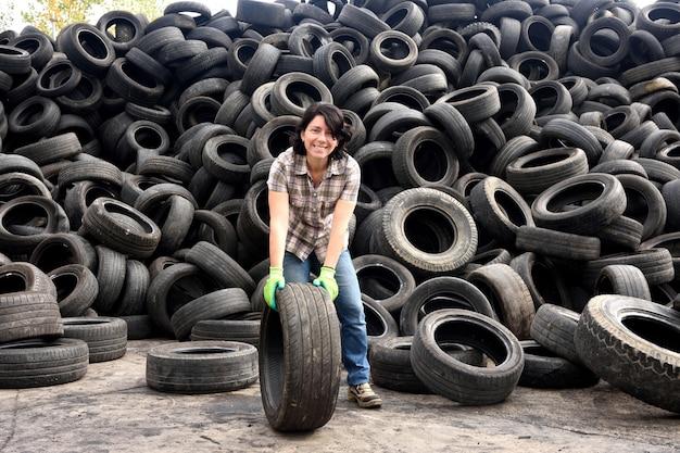 Mulher, em, um, pneu, planta reciclagem