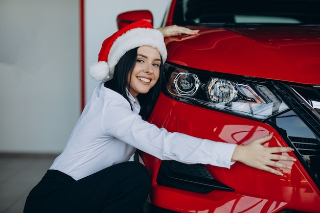 Mulher em um showroom de carros no natal