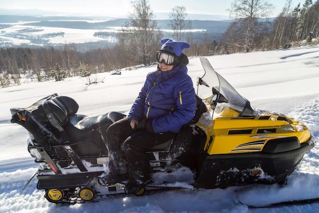 Mulher em um snowmobile.
