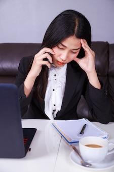 Mulher em um terno de negócio trabalhando no estresse desesperado falando no celular