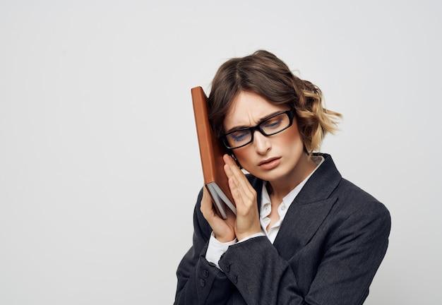 Mulher em um terno de negócio, um caderno na mão, um profissional