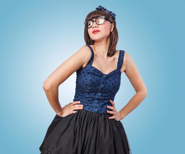 Mulher em um vestido azul com saia
