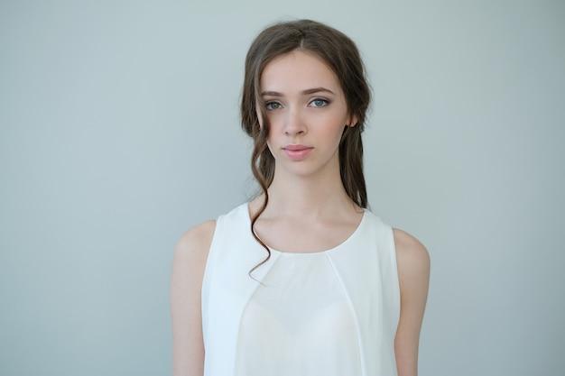 Mulher em um vestido branco