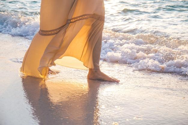 Mulher em um vestido de creme está andando
