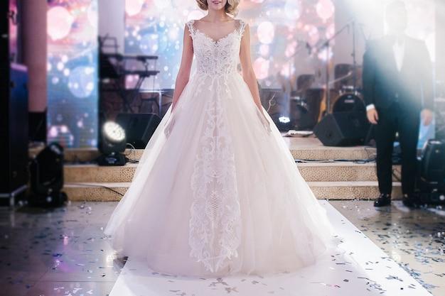 Mulher em um vestido de noiva luxuoso