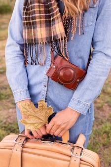 Mulher em uma aventura no outono