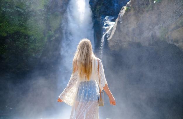 Mulher em uma cachoeira