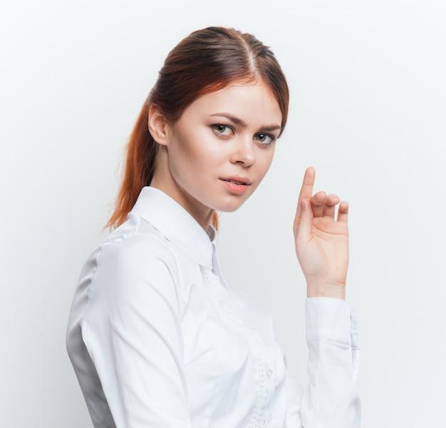 Mulher em uma camisa branca lindo retrato
