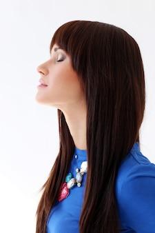 Mulher em uma camiseta azul e um colar