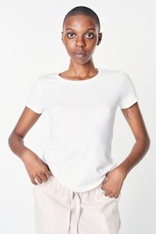 Mulher em uma camiseta branca