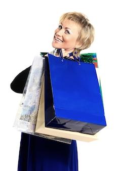 Mulher em uma campanha por trás de compras.
