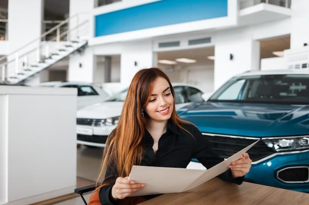 Mulher em uma concessionária de carros