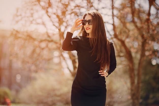 Mulher em uma floresta com óculos de sol