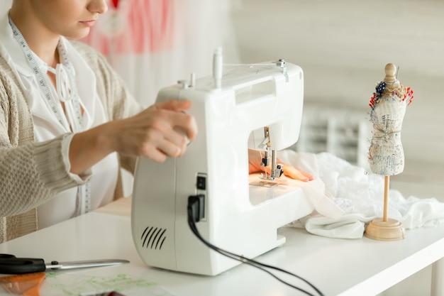 Mulher em uma máquina de costura