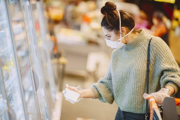 Mulher em uma máscara protetora em um supermercado