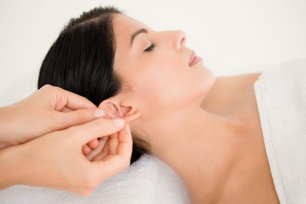Mulher em uma terapia de acupuntura