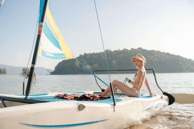 Mulher em veleiros. iate à vela, regata.