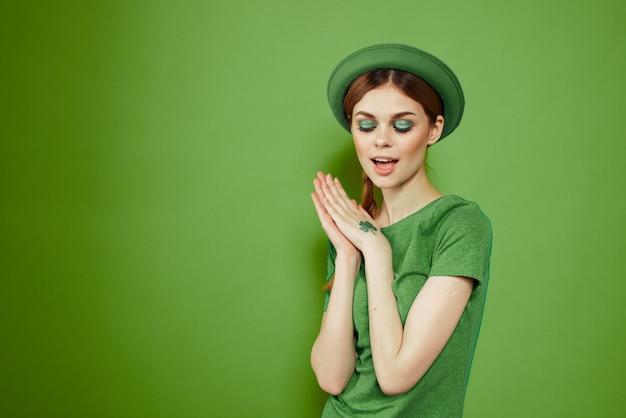 Mulher em verde, dia de são patrício, trevo verde de quatro folhas, espaço verde