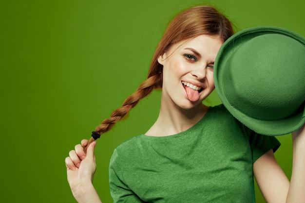 Mulher em verde, dia de são patrício, trevo verde de quatro folhas, parede verde