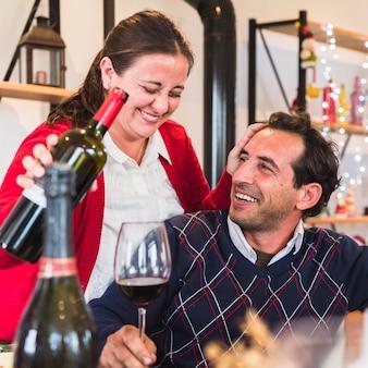 Mulher, em, vermelho, com, garrafa vinho