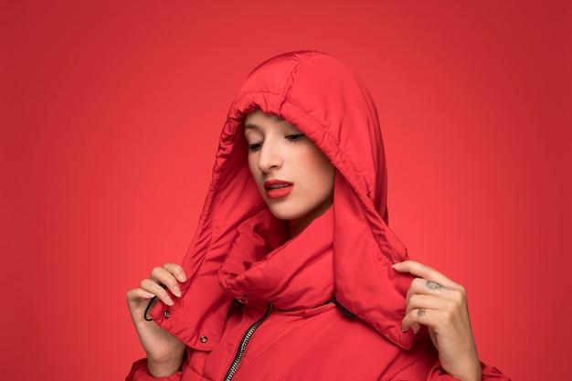 Mulher, em, vermelho, inverno, casaco encapuçado