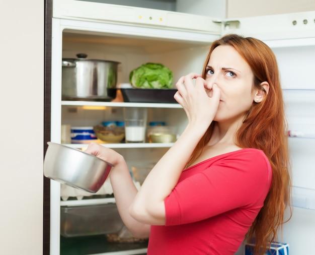 Mulher em vermelho segurando comida suja