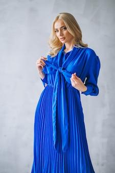 Mulher, em, vestido azul