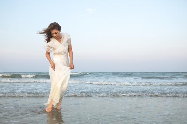 Mulher, em, vestido branco, ligado, praia