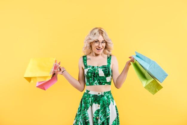 Mulher, em, vestido colorido, com, pacotes