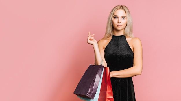 Mulher, em, vestido, com, bolsas para compras