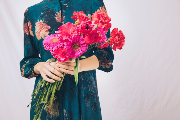 Mulher, em, vestido, com, buquê flores