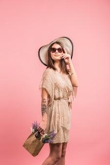 Mulher, em, vestido, com, flores, em, saco