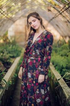 Mulher, em, vestido floral, olhando câmera